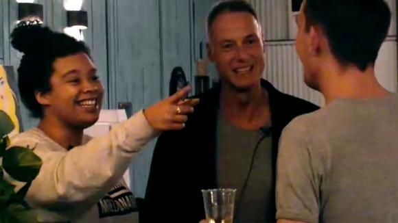 Jessie, Boyd en Jacco halen een grap met Ramona uit