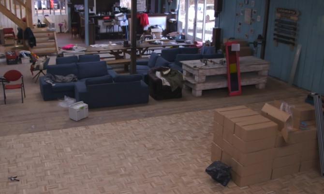 Bewoners zijn druk bezig met het leggen van de nieuwe vloer