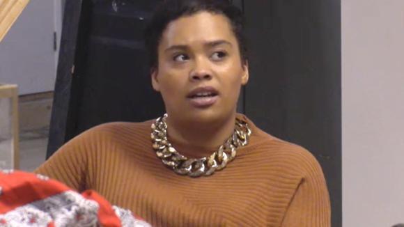 Ramona boos omdat ze geen hulp krijgt van haar mede bewoners voor de streetwear winkel