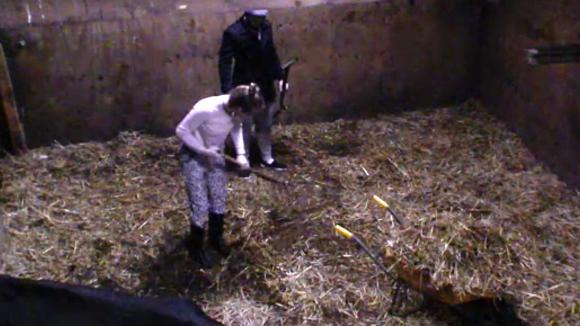 Romy is niet blij dat ze voortaan de dieren alleen moet verzorgen