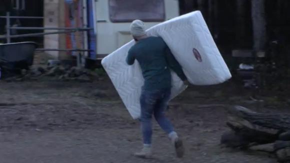 Romy en Cemal verhuizen naar de caravan
