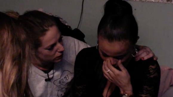 Nieuweling Tamlyn breekt in huilen uit