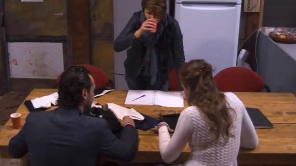 Jessie en Britt hebben een gesprek over de ontwikkeling van hun eigen ondergoed lijn