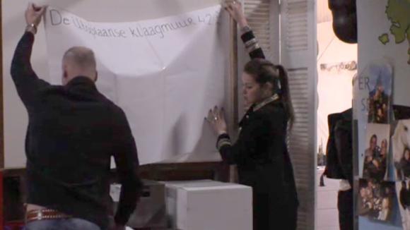 Rob en Britt hangen een nieuwe klaagmuur op