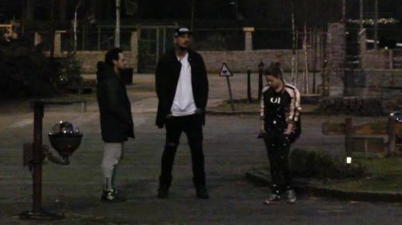 Jessie, Billy en Boyd bespreken of Romy wel geschikt is als lid van de ondernemers groep