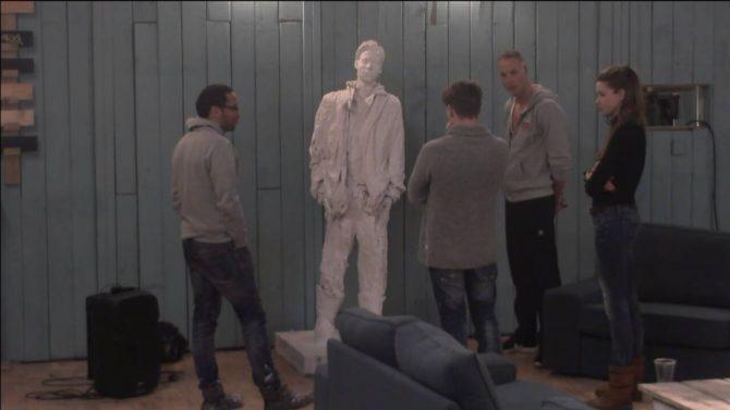 Het standbeeld van Bas wordt onthuld