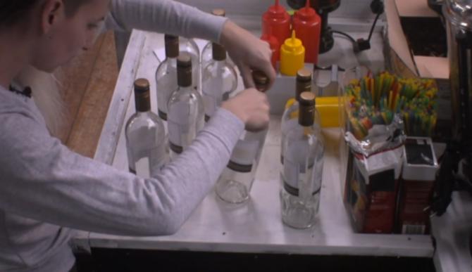 Er zijn vijf flessen wijn uit de koelkast gehaald