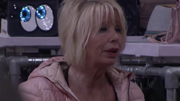 Ramona probeert Karin ervan te overtuigen dat ze naar de ondernemers moet overstappen