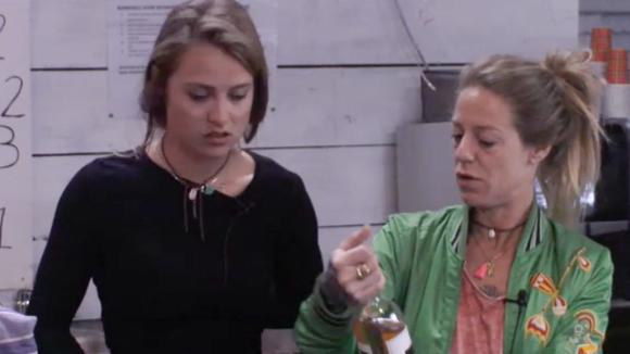 Bar verantwoordelijke Romy pakt ongevraagd een fles wijn