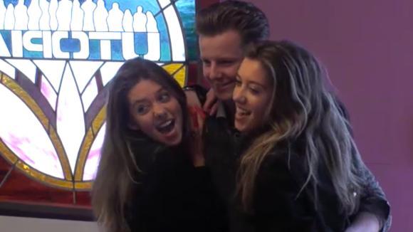 Demi en Fay verrassen Jeroen met de roze omgetoverde suite