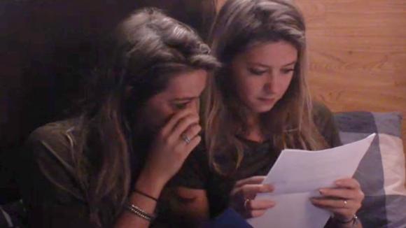 Fay en Demi ontvangen post van het thuisfront