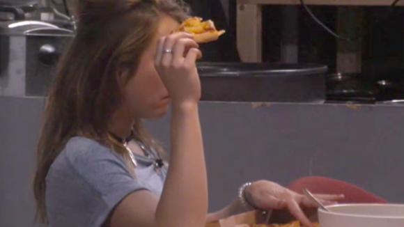 Demi en Fay zijn boos omdat er weer eten is besteld