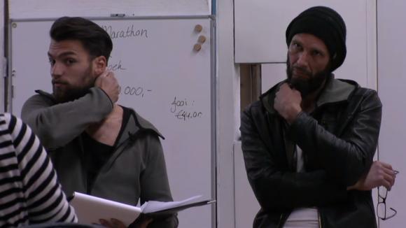 Cemal en René geven de groep een financiële update