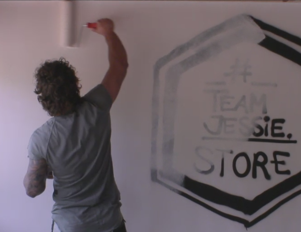 Jessie haalt zijn #teamjessie logo van het penthouse