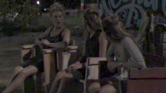 Romy, Demi en Fay voelen dat er een discussie over drank aankomt