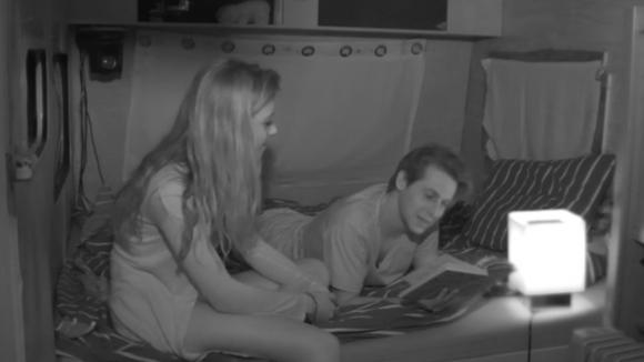 Demi kruipt bij Bas in bed
