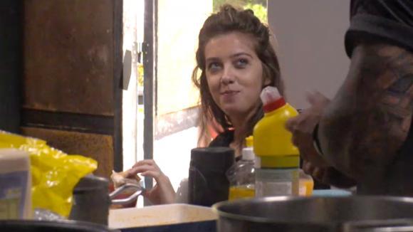 Jessie ondervraagt Fay over Chipp