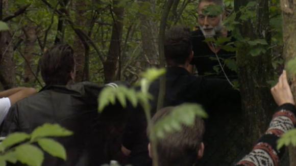 Oud Utopia bewoner Rob komt langs bij het hek