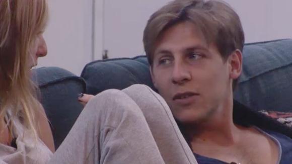 Bas laat Billy weten dat hij single is en niets met Beau heeft