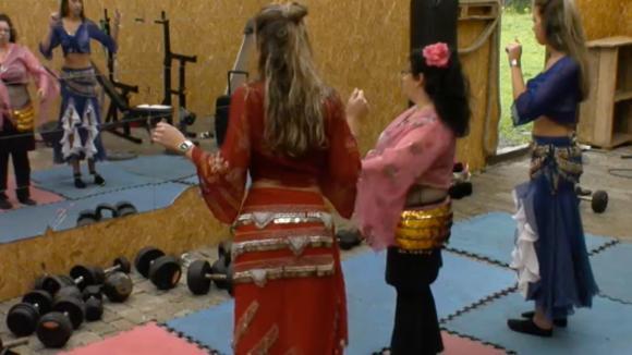 Demi krijgt buikdans les voor de Utopia spelen van morgen