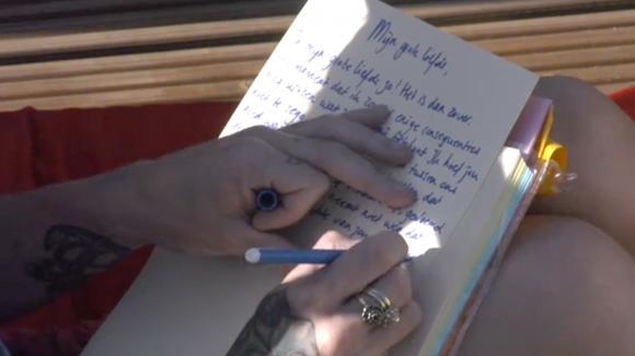 Billy schrijft een liefdesbrief aan Jessie die Utopia gaat verlaten
