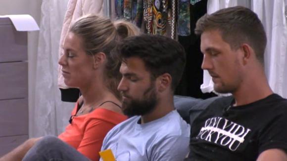 Billy, Romy en Beau houden een presentatie omdat ze niet tevreden zijn over de sfeer in Utopia