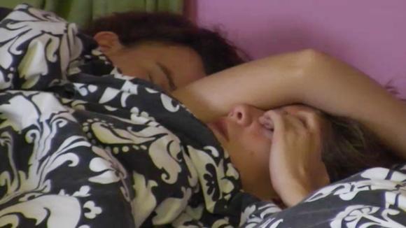 Cemal maakt een aantal bewoners wakker die nog in hun bed lagen