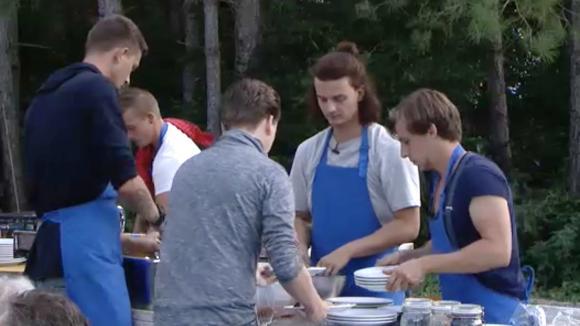 Het mannenteam wint de derde ronde van de kookwedstrijd!
