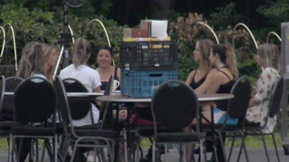 Het vrouwenteam bereid de tweede ronde van de kookwedstrijd voor