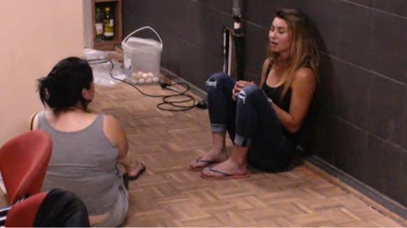 Linda en Beau evalueren het afval proces