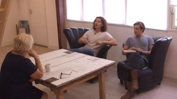 Chipp en Bas houden sollicitatiegesprekken voor een was hulp