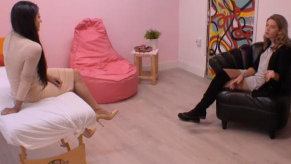 Madilia gaat het gesprek met Demi aan over het tactisch stemmen