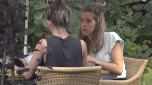 De tweeling bespreekt de situatie rondom Demi en Chipp