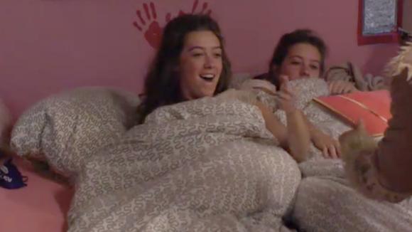 Demi en Fay staan op met een leuke verrassing