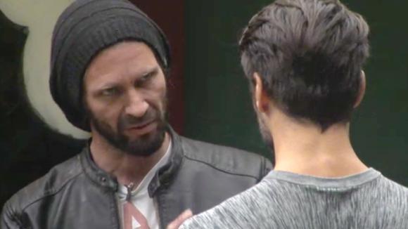 René vertelt aan Cemal dat er een geheim potje met geld is