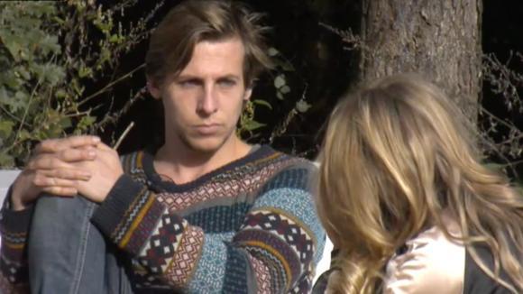 Bas vertelt aan Billy dat hij geen relatie meer met Beau heeft