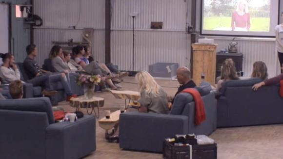 De bewoners bekijken de video die Floor achter liet voor ze uit Utopia vertrok