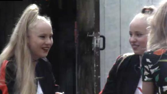 Junior Songfestival winnaressen Rosanne en Mylène geven Chipp advies hoe hij met Demi en Fay om moet gaan