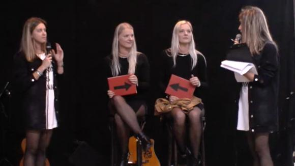 Demi en Fay doen een tweelingentest tijdens Twintopia