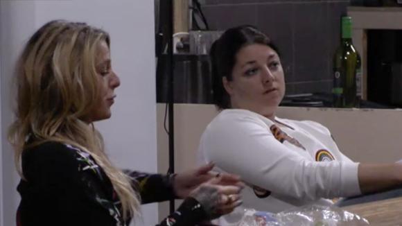 Billy, Madilia en Linda bespreken een tactiek voor de stemronde