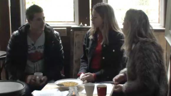 Johan vindt het erg leuk om met Billy en Madilia te flirten