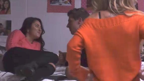 Johan is heel de dag aan het flirten met Madilia en Billy