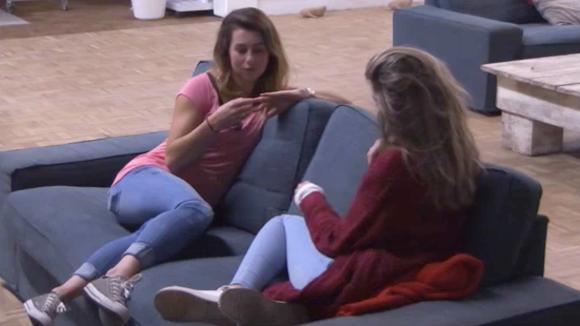 Beau en Fay hebben een goed gesprek over hun relaties