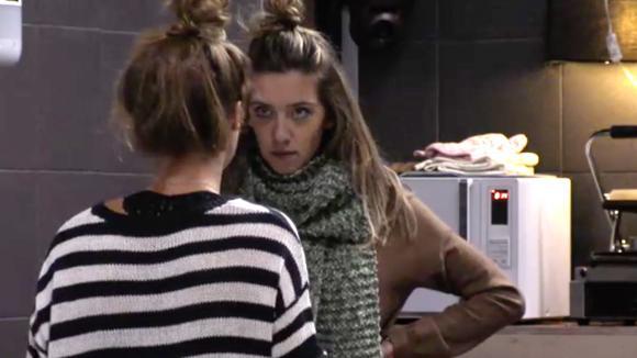 Fay is achterdochtig over de gesprekken die Romy heeft met René