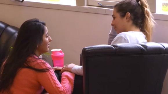 Beau en Madilia zoeken steun bij elkaar en bespreken het vertrek van Bas
