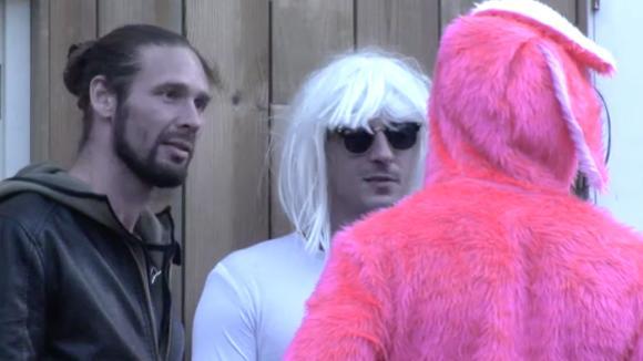 Johan, Cemal en René gaan vier dagen toneelspelen, uit protest