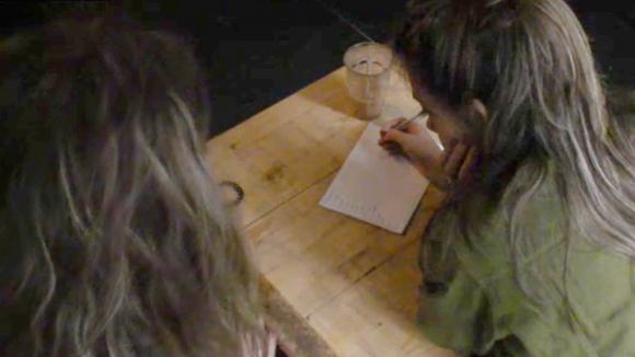 Demi en Fay bespreken welke bewoners stemmen verdienen
