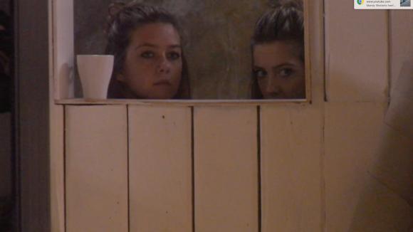 Demi, Fay en Billy hebben onenigheid over een klacht van een klant