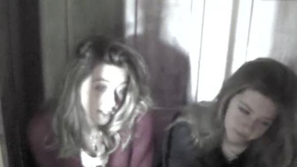 Demi en Fay zijn laaiend en voelen zich buitengesloten