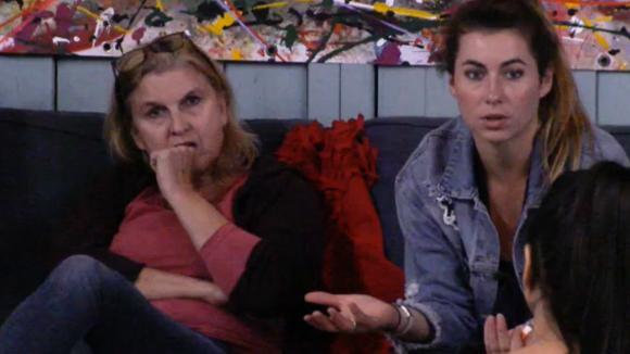 Demi en Fay zitten te mokken na de discussie met Billy